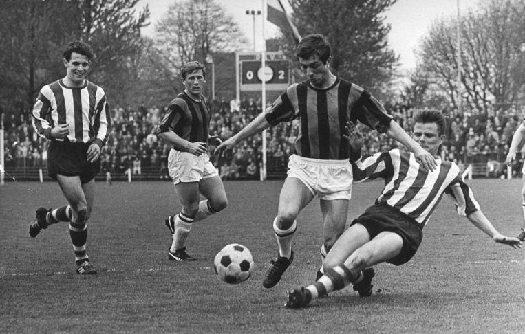 April 1966: Frits Flinkevleugel (tweede van rechts) van DWS in opmars bij de wedstrijd in Eindhoven tegen PSV (1-3). Beeld ANP