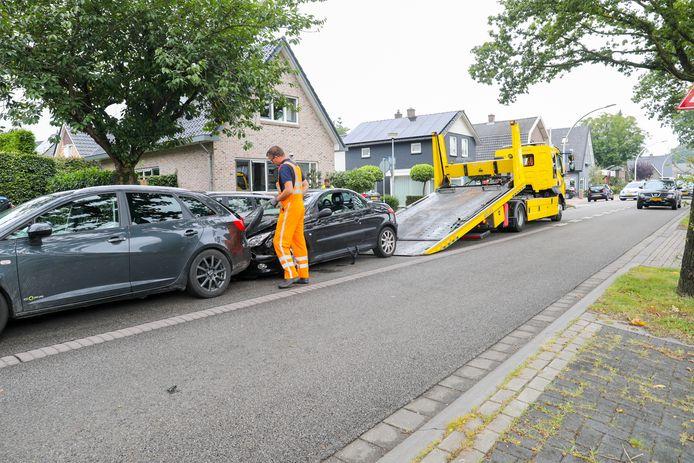 Drie auto's botsten op elkaar op de Hoofdweg in Emst.