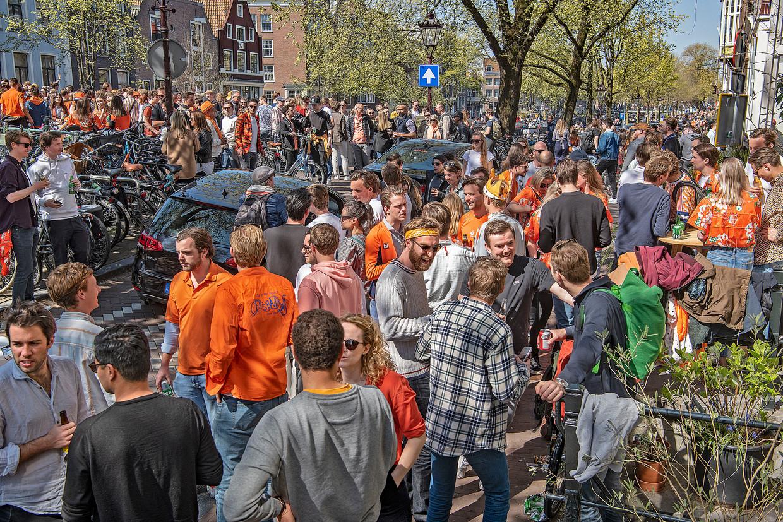 Drukte op de Prinsengracht in Amsterdam – corona of niet. Beeld Guus Dubbelman / de Volkskrant