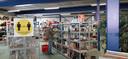 """Rondsnuffelen bij kringloopwinkel Twiddus in Waalwijk. Het kan weer, maar wie wil moet geduld hebben. ,,Tot volgende week zitten we vol."""""""