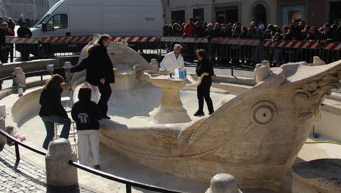 Experts maken de schade op aan de 17de eeuwse fontein op de Piazza di Spagna.