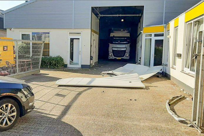 Bij de inval in Gemert is gebruik gemaakt van een speciaal pantservoertuig, waarmee de deur van de bedrijfshal werd geramd.