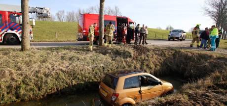 Bestuurder rijdt met 45 km-wagen van dijk af de greppel in