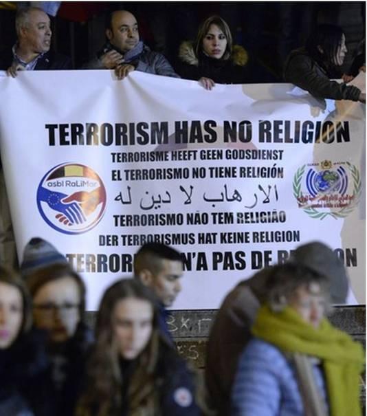 """Spandoek op het Beursplein: """"Terrorisme heeft geen godsdienst""""."""