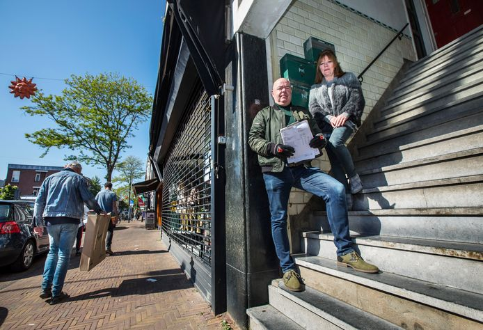 Lucien Sterken en zijn vrouw waarschuwen voor ellende door verkamering in de Fahrenheitstraat. Foto: Frank Jansen.