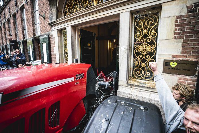 Boeren duwden de deur van het provinciehuis er met een tractor uit en gingen het gebouw binnen.