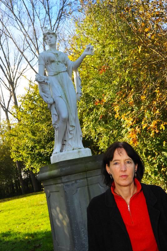 Anna van Suchtelen bij het standbeeld van godin Demeter in de voormalige tuin van landhuis Zorgvliet in Ellewoutsdijk.
