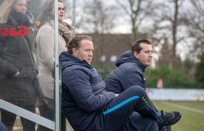 Dick Hoefakker (links), nu nog assistent-trainer bij Blauw Geel'55, gaat weer voetballen.