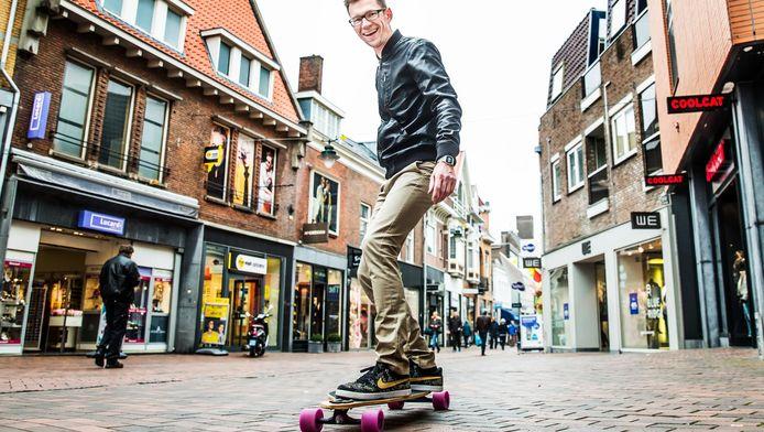 Gijs de Koning heeft adhd en longboard 's ochtends heel hard naar zijn werk.