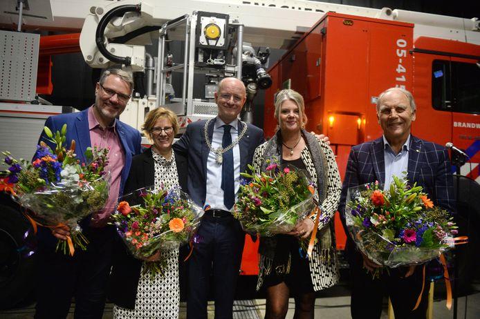 In brandweerkazerne overhandigt burgemeester Van Veldhuizen tijdens de nieuwjaarsbijeenkomst de Enschede-spelden aan Gerard Oude Vrielink, Lisette Meijer en echtpaar Jose en Albert de Bruijn.