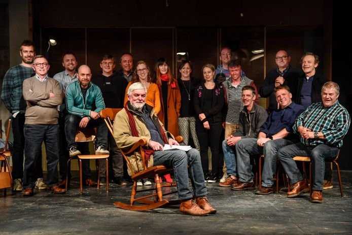 Renaat Moeyersoon bij de acteurs van Toneelkring Wij. Al veertig jaar is hij stuwende kracht achter het amateurgezelschap.