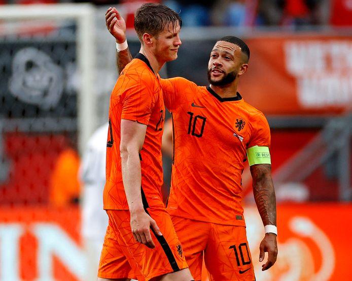 Depay bekommert zich om Weghorst na zijn wissel tegen Georgië.