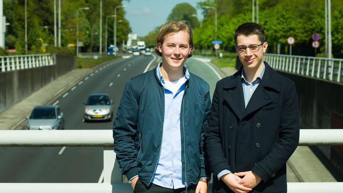 ¶ Ward de Jong (links) en Gerjan Mientjes hebben berekend wat de kosten en baten zijn van een tunnel onder de N44, waar nu dagelijks lange files staan.