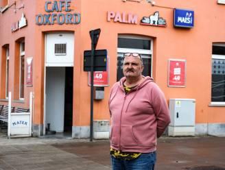 """Hoezo hogere drankprijzen? Robert (59) van café Oxford laat je zelfs goedkoper drinken: """"Uit solidariteit met klanten"""""""