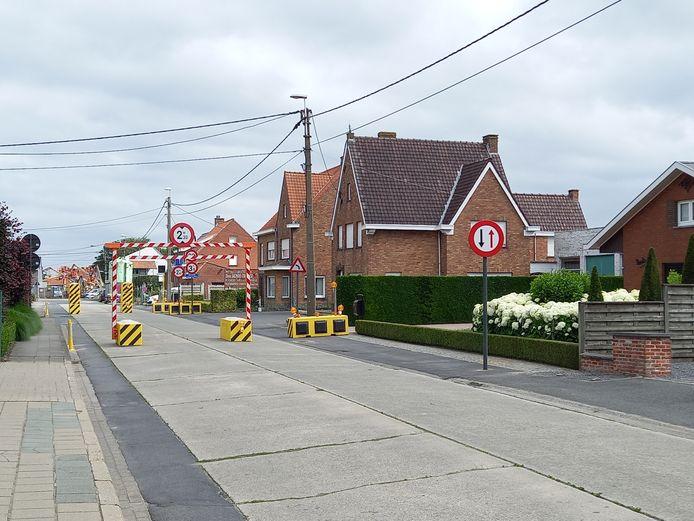 De wegversmalling in de Pottebezemstraat valt alleszins op.