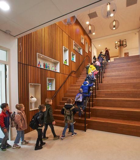 Leerlingen kijken zo bij elkaar naar binnen in de nieuwe Uilenbrink: 'Dat zal wel even wennen zijn'
