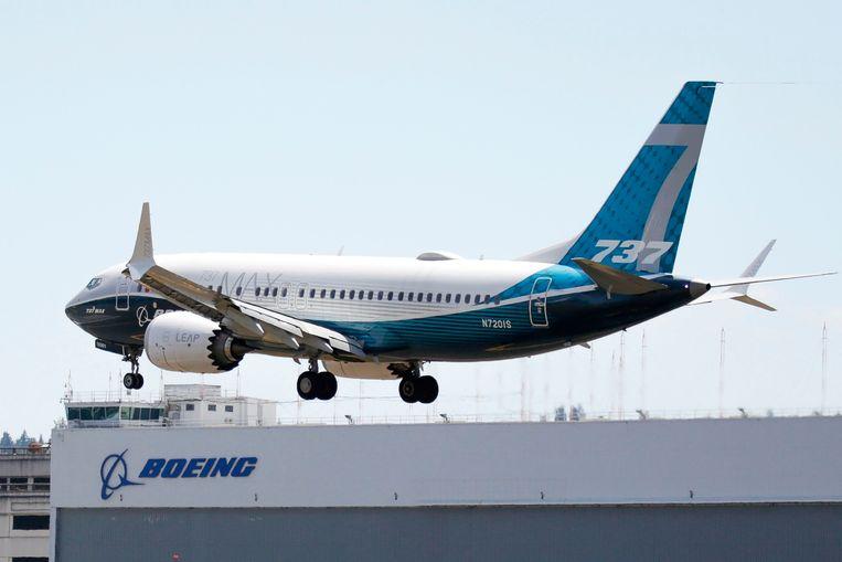 Een Boeing 737 Max landt na een testvlucht op het fabrieksterrein in Seattle.  Beeld AFP