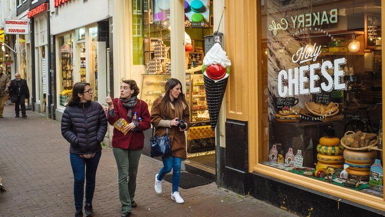 Het verbod geldt voor winkels die zich alleen richten op toeristen en dagjesmensen, of eten verkopen voor snelle consumptie Beeld Marc Driessen