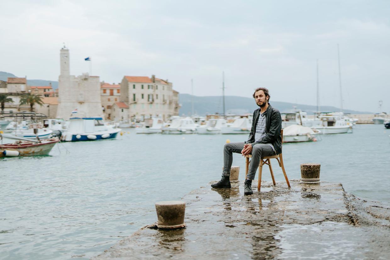 Srecko Horvat in op het Kroatische eiland Vis, dat als een rode draad loopt door zijn essays in zijn nieuwste boek 'Poetry from the Future'.  Beeld Guardian / eyevine