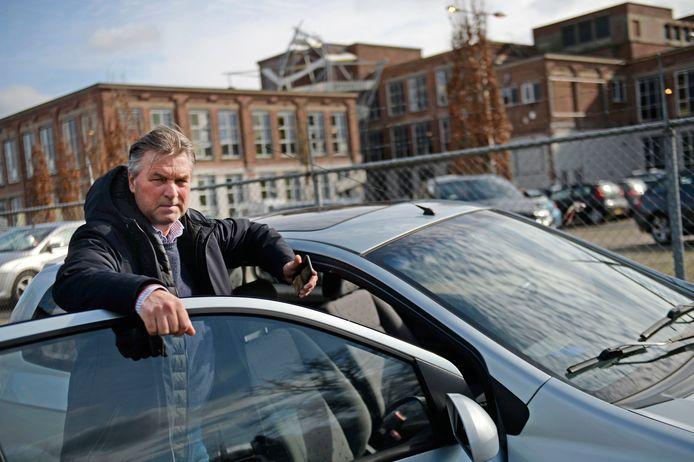 Ondernemer Gertjan Ardesch ligt al jaren in de clinch met de gemeente Enschede. Ondanks adviezen houdt de gemeente voet bij stuk. Geld is nu op. Gertjan leeft vanuit zijn auto.