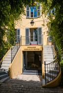 Ingang van de Fondation Linda & Guy Pieters aan de Place des Lices in Saint-Tropez. De opening in 2018 gebeurde in aanwezigheid van de vorig jaar overleden vriend des huizes, Christo.