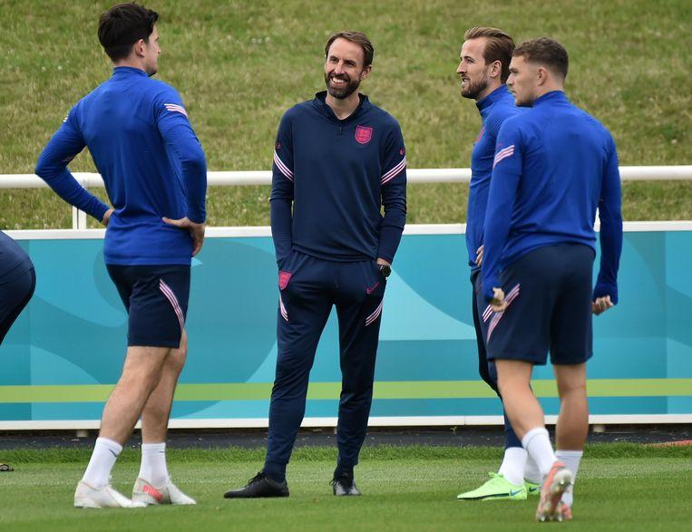 Gareth Southgate met spelers Harry Maguire, Harry Kane en Kieran Trippier. Beeld AP