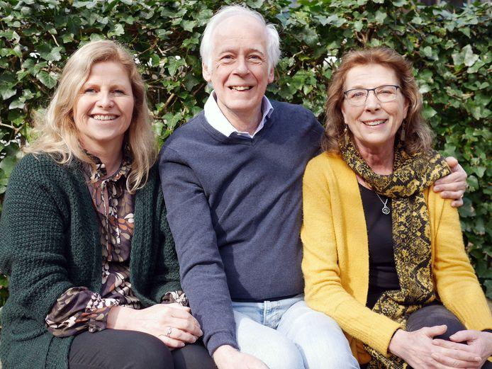 De kartrekkers van de Amersfoort Spiritualist Church: Petra Boek, John Eversdijk en Joke Hetem (vlnr). Deze foto is vlak voor de uitbraak van de coronacrisis gemaakt.