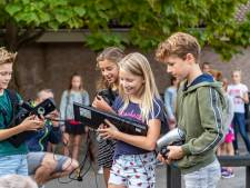 Oude toetsenborden, kapotte waterkokers en defecte mobieltjes: leerlingen halen e-waste op aan huis