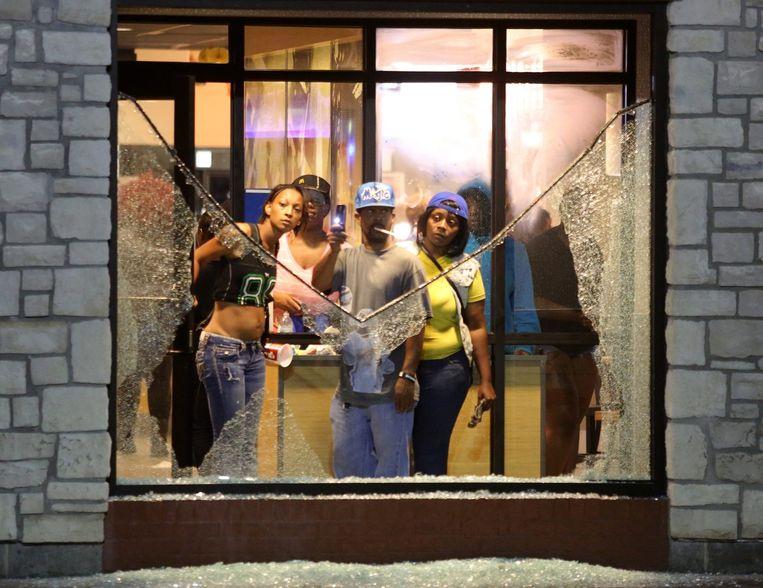Inwoners van Ferguson in de McDonalds. Beeld epa