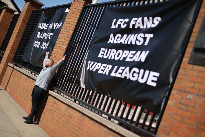 Een boze Liverpool-supporter protesteert buiten het stadion tegen de aangekondigde Super League.