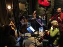 Uitvoering programma 'Mahler am Tish' in een kroeg in Maastricht door leden van Philharmonie Zuidnederland.