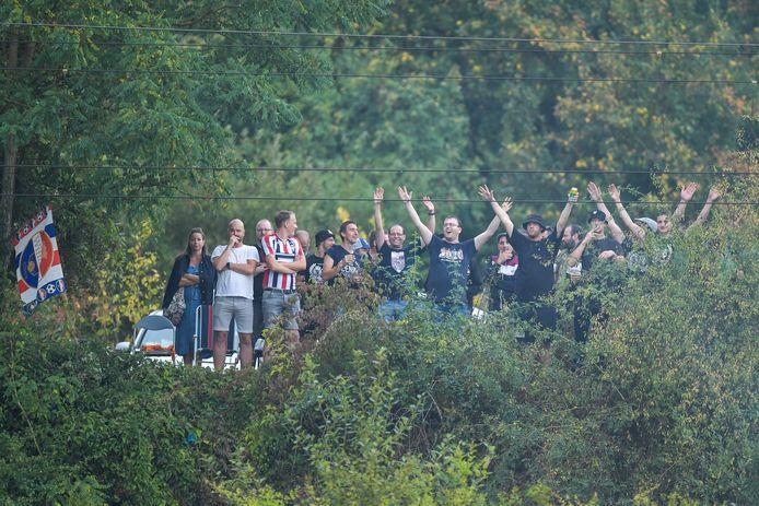Vanuit de bosjes kreeg een deel van de Willem II-fans toch iets van de wedstrijd mee.