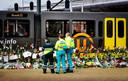 Ambulancepersoneel herdenkt op het 24 Oktoberplein de tramaanslag.