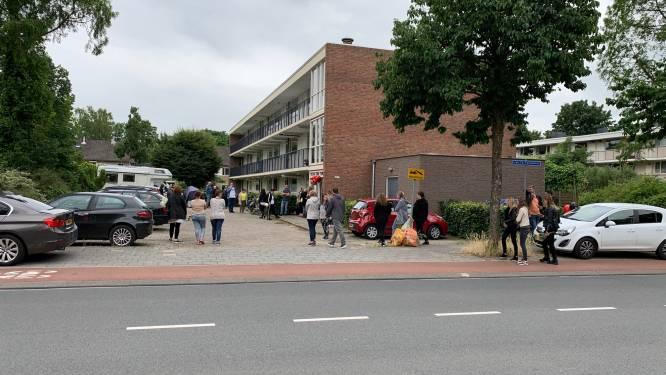 Vermoorde Shelley Bosch (22) uit Ede herdacht met ballonnen en rozen