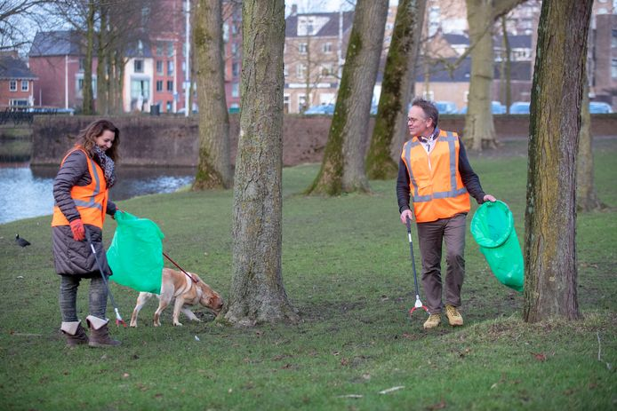 De zwerfafvalbrigade van Schoon Wageningen heeft tijdens de coronacrisis een verdubbeling van het aantal vrijwilligers er bij gekregen, rechts coördinator Hugo Hoofwijk, links vrijwilliger Marike van der Leeden.