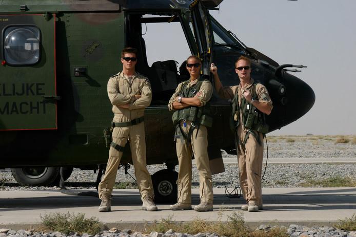 Dominique Schreinemachers met twee crewleden bij de Cougar-helikopter in Afghanistan die later zou crashen.
