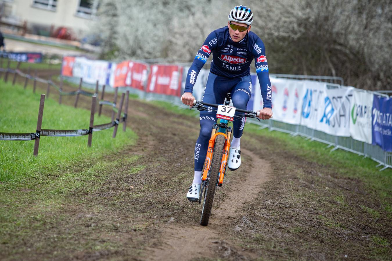 Mathieu van der Poel op training met de mountainbike.