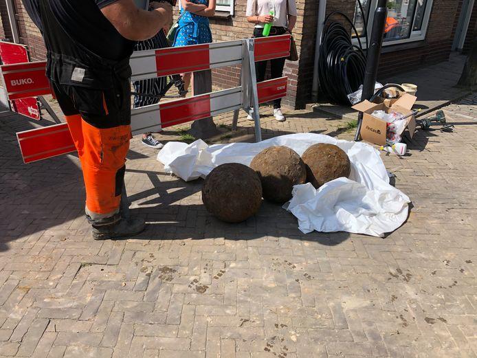De drie gevonden kanonskogels aan de Langendijk in Vianen.