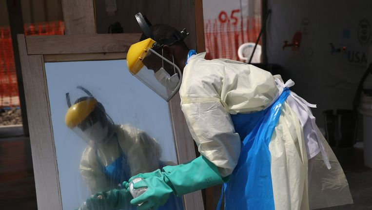 En hulpmedewerker in Liberia Beeld getty