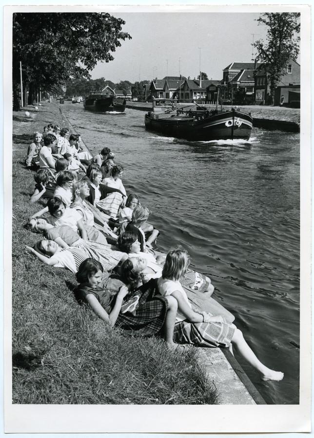 Jongeren verpozen zich langs de Willemsvaart in Zwolle, jaartal onbekend.