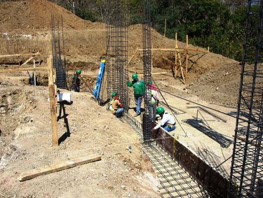 Beleggers gaan persoonlijk kijken op de bouwlocaties in Costa Rica.