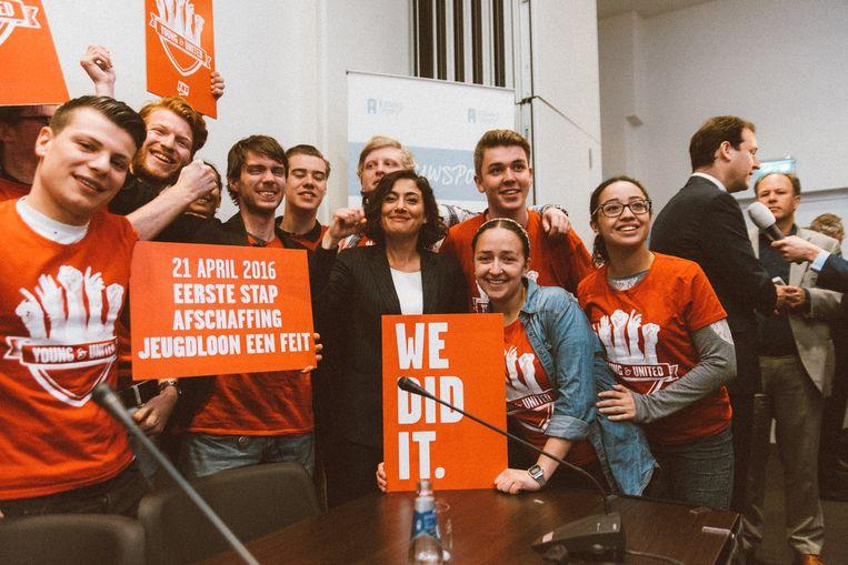 Young&United viert de afschaffing van het minimumjeugdloon bij het Torentje in Den Haag. Beeld -