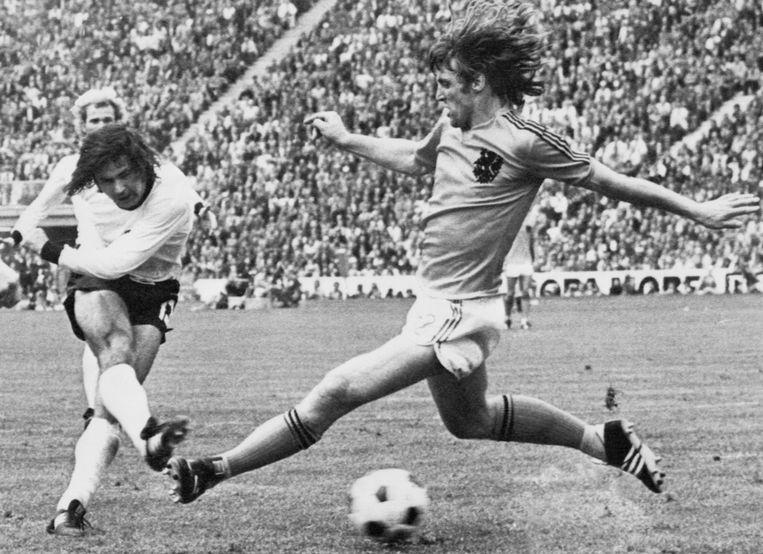 De West-Duitse spits Gerd Muller, die hier de winnende goal scoort in de WK-finale van 1974, werd begeerd door zowel topclub 1860 München als het opkomende Bayern München. Beeld AFP