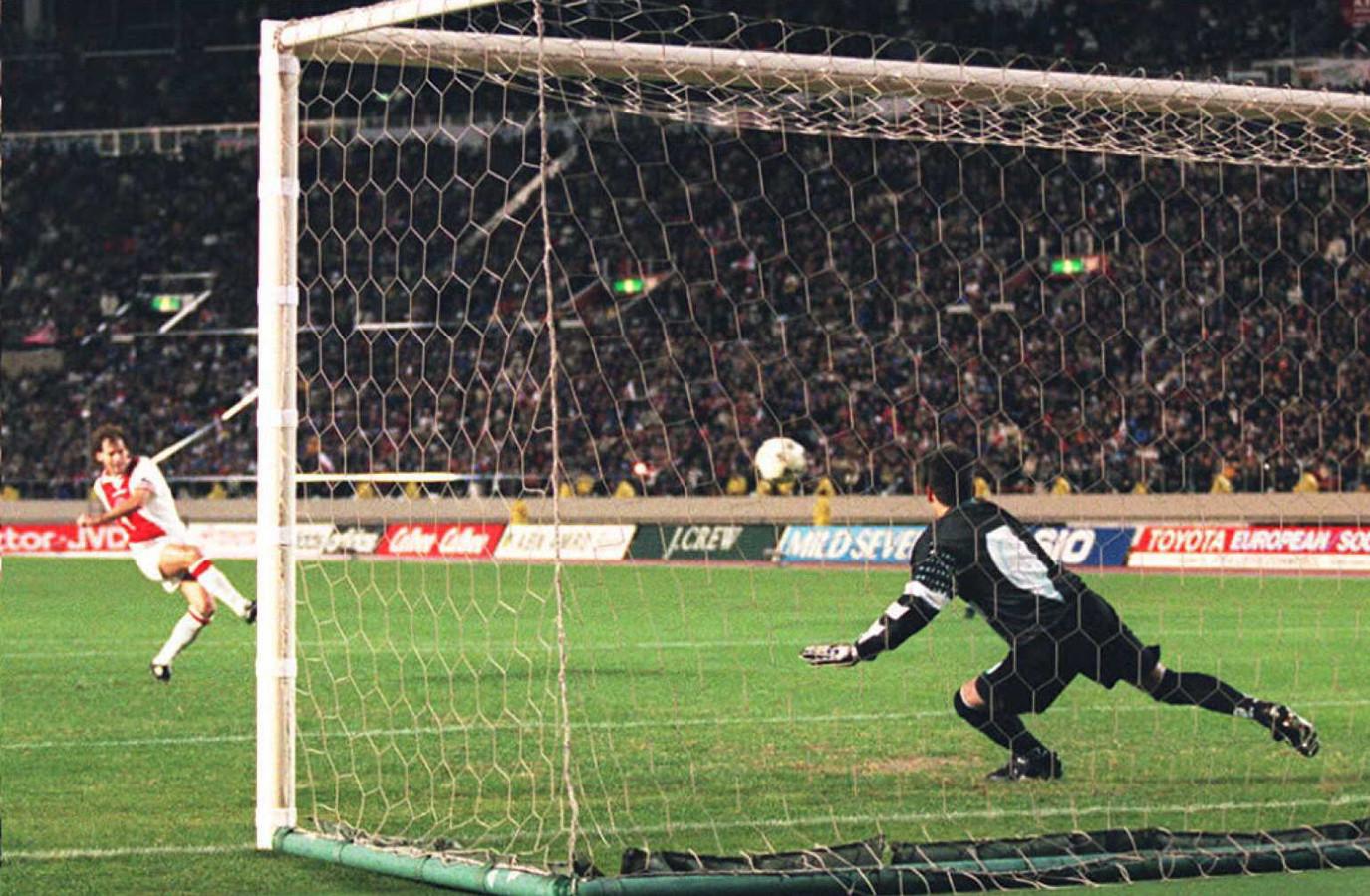 Danny Blind (l) schiet de beslissende strafschop langs Gremio-doelman Danrlei.