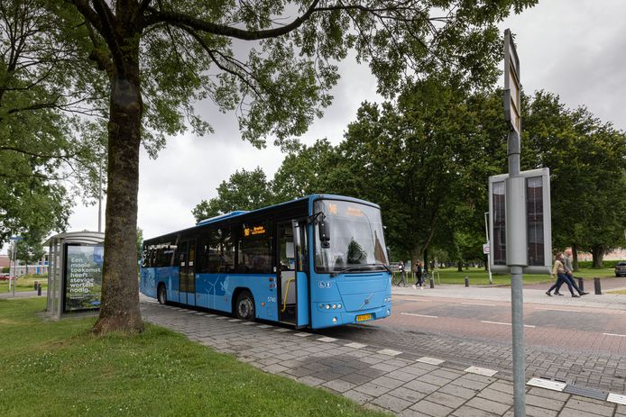 Buslijn 146 (Emmeloord-Dronten) bij een halte in Dronten. Dit is een van de lijnen die dreigt te verdwijnen.