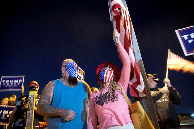 Twee aanhangers van Trump bij een demonstratie tegen 'het stelen van stemmen' in Nevada.  Beeld REUTERS
