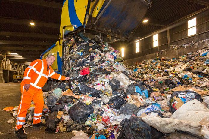 Een Zoetermeerse vuilniswagen stort het verzamelde restafval uit bij de afvalverwerker.