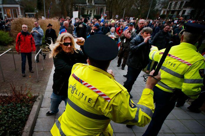 Archieffoto 2014. Buiten het gemeentehuis in Loppersum, waar minister van Economische Zaken Henk Kamp een persconferentie hield over de toekomst van de gaswinning in de provincie Groningen, maakten enkele honderden mensen flink kabaal.