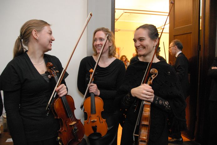 Onderonsje voorafgaand aan het jubileumconcert, links concertmeester en eerste violist Gea Dijkstra
