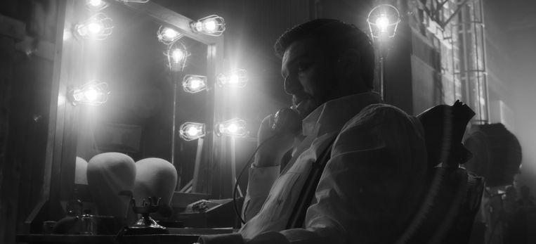 Tom Burke als Orson Welles in 'Mank', nu te zien op Netflix. Beeld NETFLIX